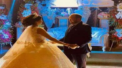 """صورة صفحات موالية تنشر صور حفل زفاف جندي روسي على فتاة من طرطوس.. ومعلقون يسخرون: """"وقفت على هالبنوتة"""" (صور)"""