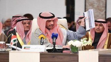 """صورة مسؤول كويتي يرمي صفقة القرن في القمامة.. """"فلسطين ليست للبيع""""!"""