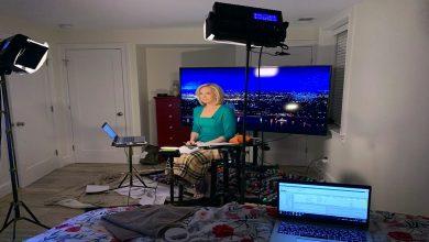 """صورة مذيعة أمريكية تقدم نشرة الأخبار من داخل غرفة نومها بسبب """"كورونا"""" (فيديو)"""