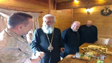 """صورة قائد القوات الروسية في سوريا يلتقي بشخصيات مسيحية في مدينة """"السقيلبية"""" ويلمح إلى قرب نهاية دور """"بشار الأسد"""""""