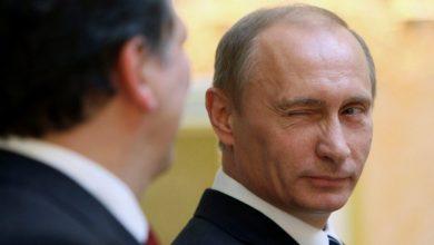 """صورة بوتين رئيساً لروسيا حتى عام 2036.. و""""شويغو"""" يتفاخر باستعراض المعدات العسكرية المجربة ضد السوريين"""