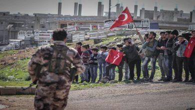 صورة الجيش التركي يوزع منشورات ورقية على الأهالي في إدلب بشأن مصير المنطقة.. هذا ما جاء فيها..!