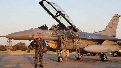"""صورة على متن طائرة """"F16"""" تحمل اسمه.. وزير الدفاع التركي يحلق فوق بحر إيجه ويوجه رسالة لليونان وحلفائها (فيديو)"""