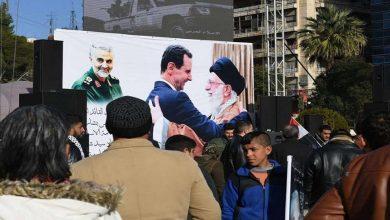 """صورة """"الخميني وسليماني"""" في دير الزور ترسيخاً للتواجد الإيراني.. وإيران ترسل تعزيزات إلى حمص ودمشق!"""