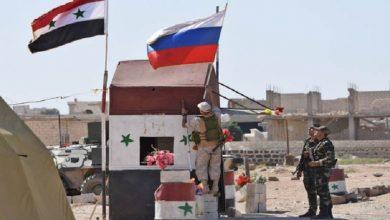 صورة ماذا يعني رفع علمي روسيا والنظام السوري في عين عيسى شرق الفرات؟
