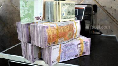 صورة استمرار انخفاض الليرة السورية مقابل الدولار والعملات الأجنبية وهذه أسعار الذهب محلياً وعالمياً