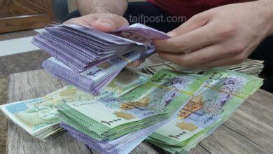 صورة الليرة السورية تواصل تدهورها أمام الدولار والعملات الأجنبية وارتفاع بأسعار الذهب محلياً وعالمياً