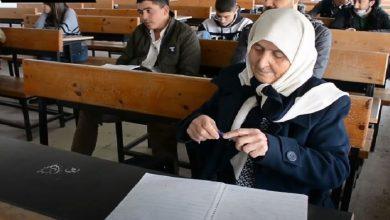 صورة لم يثنيها التقدم بالعمر عن تحقيق حلمها.. طالبة سورية عمرها 79 عاماً على أبواب التخرج من الجامعة (صور/ فيديو)