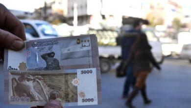 صورة الليرة تقترب من 4000 مقابل الدولار.. التغيرات التي طرأت على قيمة العملة السورية منذ بداية عام 2021
