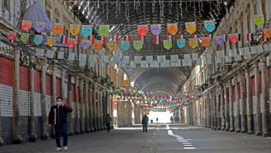 صورة المحال التجارية تغلق أبوابها في عدة مدن سورية نتيجة ارتفاع الأسعار وانخفاض قيمة الليرة أمام الدولار