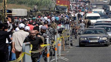 """صورة لبنانيون يعترضون مسيرة مؤيدة لـ""""بشار الأسد"""" في لبنان ويمزقون صوره (فيديو)"""