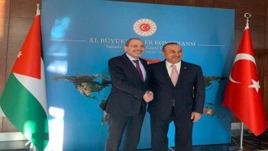 صورة وزير الخارجية التركي يتحدث عن مبادرة رباعية بشأن عودة اللاجئين السوريين من تركيا والأردن إلى سوريا