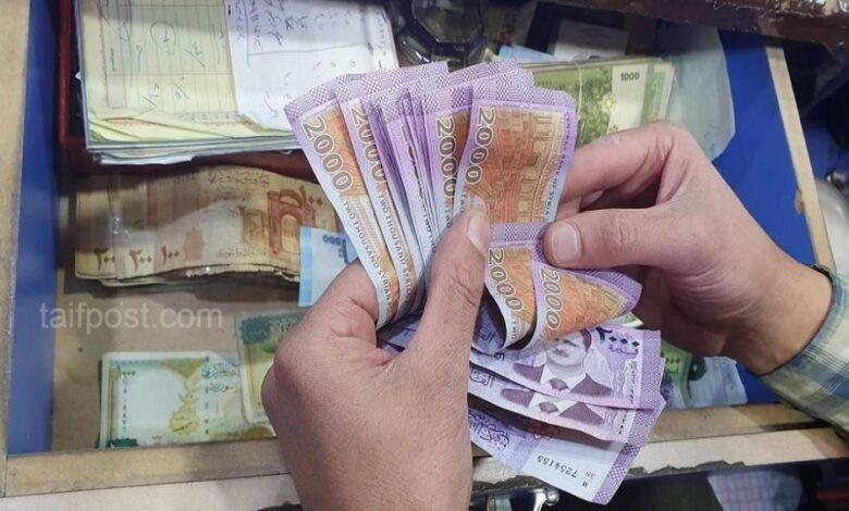 انخفاض ملحوظ بقيمة الليرة السورية مقابل الدولار